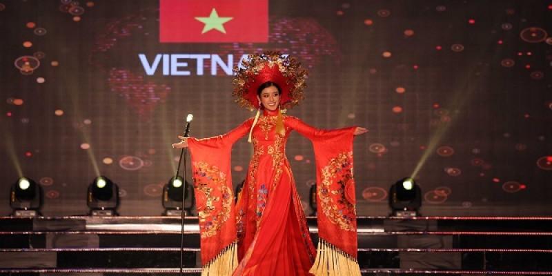thí-sinh-của-miss-grand-international-2017-toa-sang-voi-trang-phuc-dan-toc-tại-quảng-bình