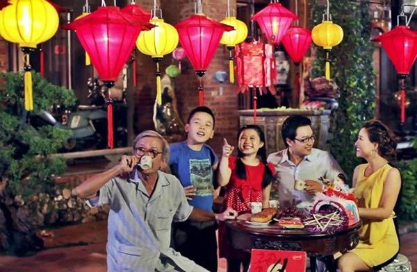 Gia đình vui vầy ăn bánh, uống trà ngắm trăng cùng nhau