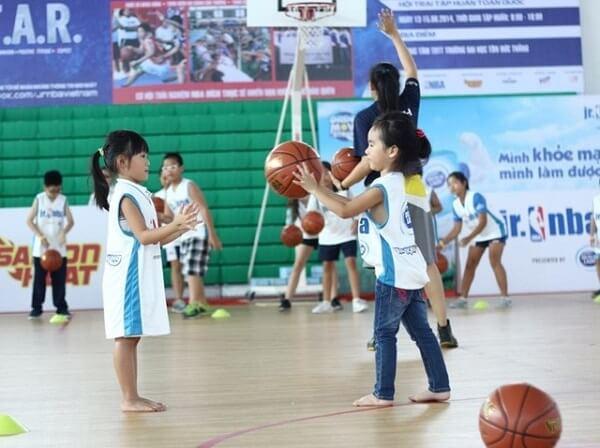 Chơi thể thao giúp bé phát triển chiều cao hiệu quả
