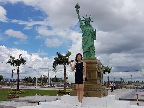 Tượng Nữ thần Tự do, biểu tượng của New York, Mỹ, cũng góp mặt trong khuôn viên.