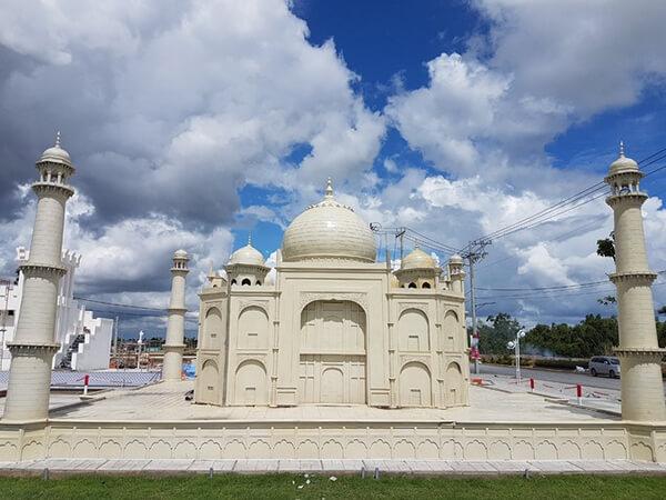 Taj Mahal là một lăng mộ nằm tại Agra, Ấn Độ được miêu tả là một kiệt tác của thế giới. Mô hình của công trình ấn tượng này cũng có trong khuôn viên khu Cát Tường Phú Sinh.