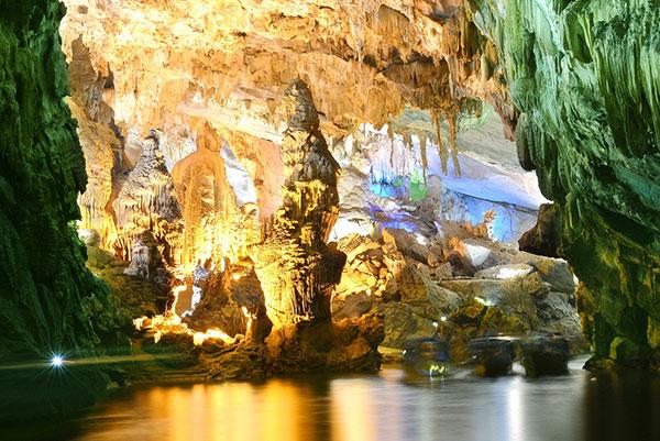 Các khối thạch nhũ trong hang động Phong Nha