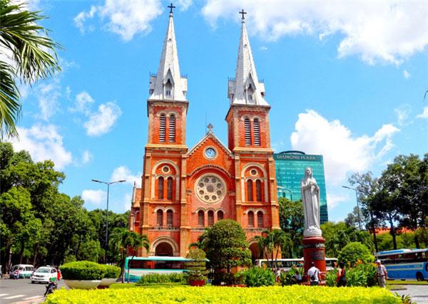 Nhà thờ Đức Bà với lối kiến trúc nổi bật thu hút hàng trăm nghìn lượt khách du lịch mỗi năm