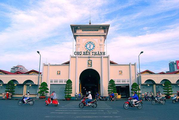 Chợ Bến Thành được nhiều khách du lịch thăm quan mua sắm sôi động