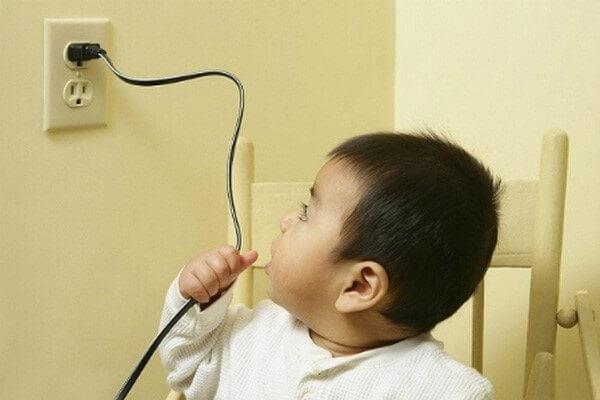 Lắp các thiết bị điện đúng quy tắc để ngăn ngừa trẻ bị bỏng
