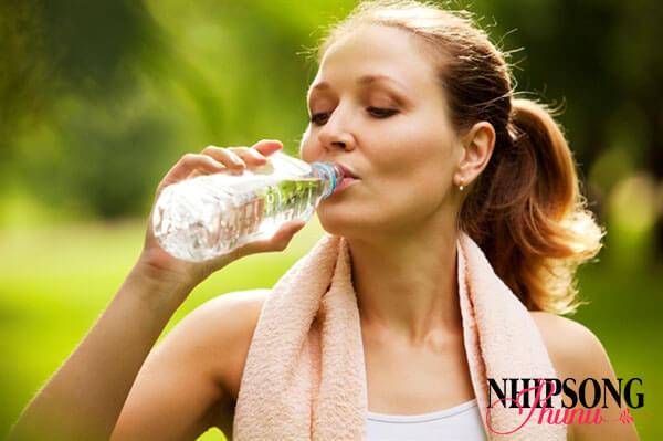 Uống đủ nước mỗi ngày để giảm cân hiệu quả