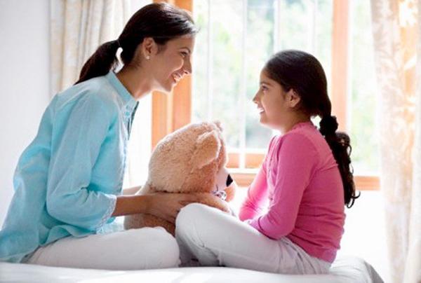 Dù bận rộn, ba mẹ cũng nên dành thời gian tâm sự với con