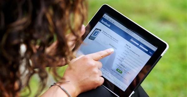 Đừng tự động đẩy cửa vào phòng con khi chưa gõ cửa, đừng xem trộm tin nhắn hay vào Facebook cá nhân của con…