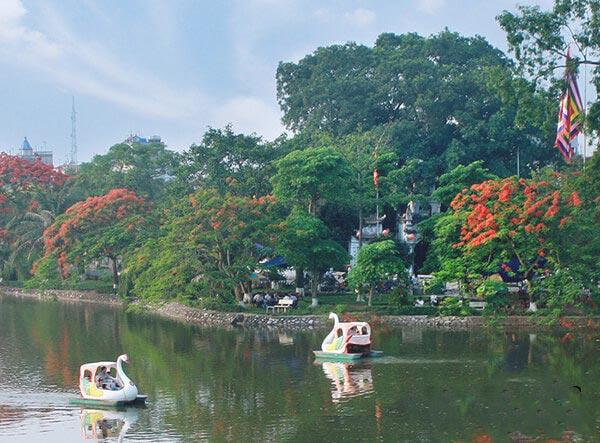 Tương truyền, Hồ Bán Nguyệt trước đây chính là nơi nàng Hằng Nga đánh rơi mảnh gương