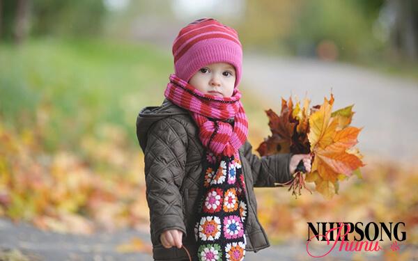 Những ngày đầu đông nên cho trẻ mặc đồ ấm, tránh để phong phanh sẽ tăng nguy cơ cảm lạnh