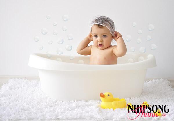 Nên tắm cho trẻ bằng nước ấm, tắm thật nhanh ở nơi kín gió
