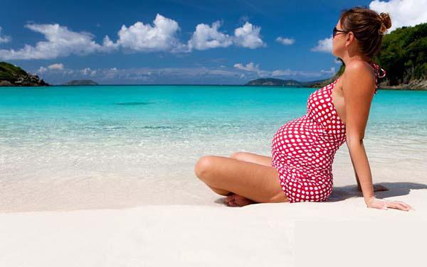 Du lịch biển mang đến nhiều lợi ích cho bà bầu