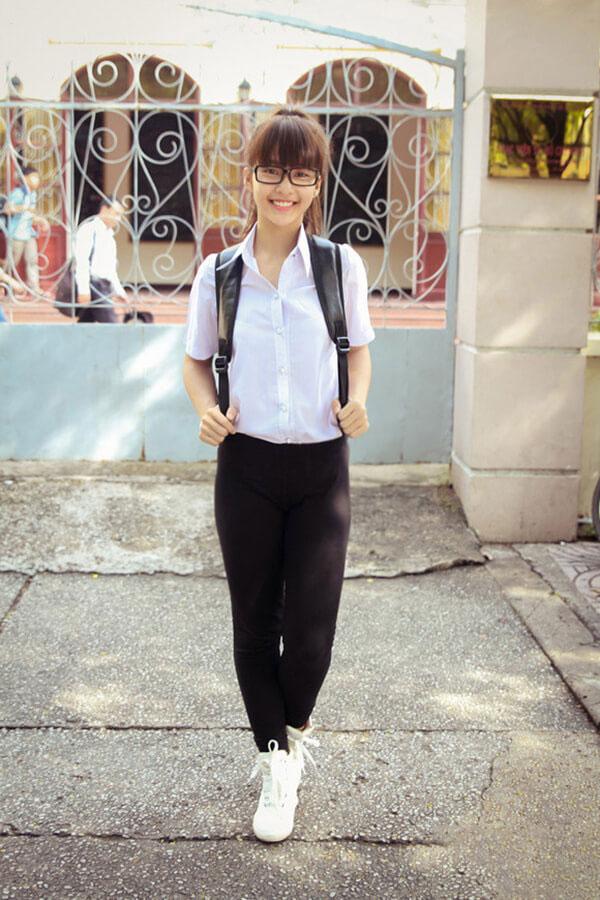 Quần đen dài và áo sơ mi trắng