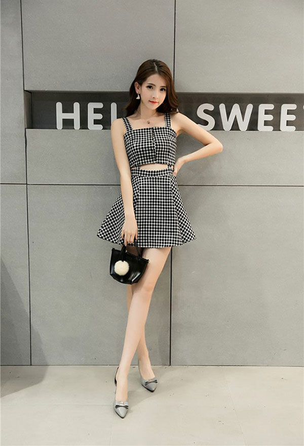 Áo crop top và chân váy xòe giúp ăn gian chiều cao đáng kể