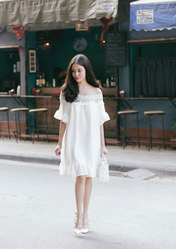 Váy suông ngắn sáng màu sẽ khiến người đối diện không biết chiều cao thật của bạn