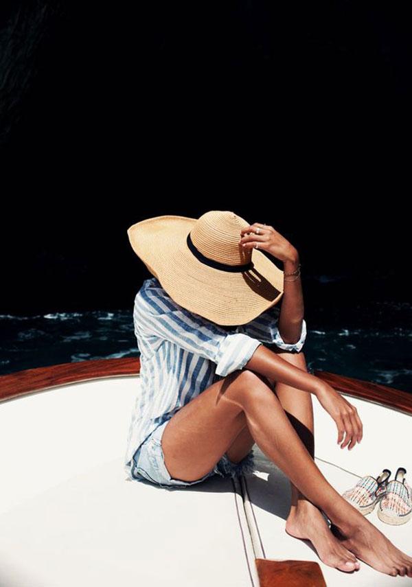 Sơ mi rộng giúp chị em trở nên quyến rũ và bí ẩn hơn khi dạo biển