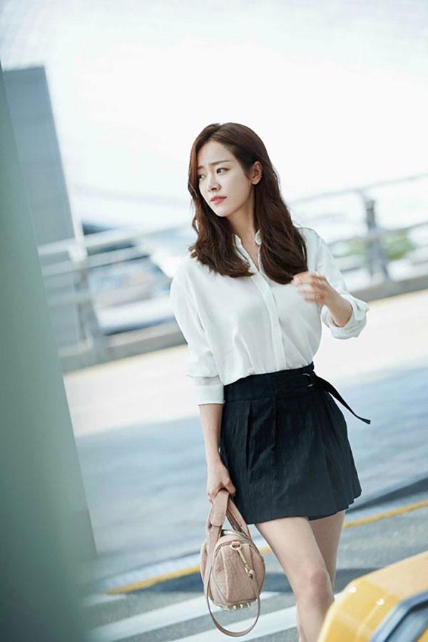 Chân váy là item không thể thiếu của sao Hàn