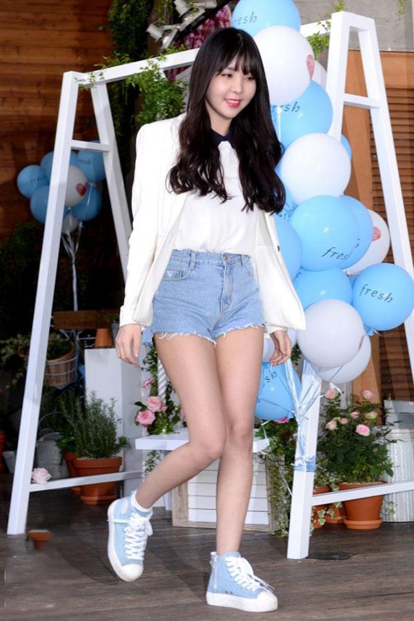 Quần short denim giúp sao Hàn khoe khéo đôi chân khỏe mạnh