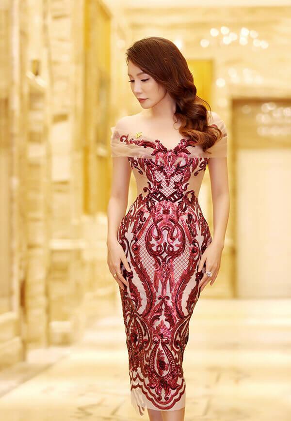 Hồ Quỳnh Hương trở nên gợi cảm hơn nhờ mẫu váy trễ vai dựng form điêu luyện,   phủ họa tiết Baroque tinh tế của NTK Anh Thư.