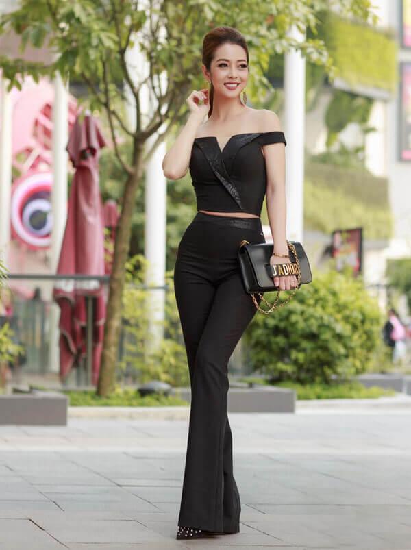 Tạm rời xa những bộ đầm lộng lẫy, Hoa hậu Jennifer Phạm gây ấn tượng khi diện set đồ đen ôm sát của Vũ Thu Phương, kết hợp túi Dior ăn ý.