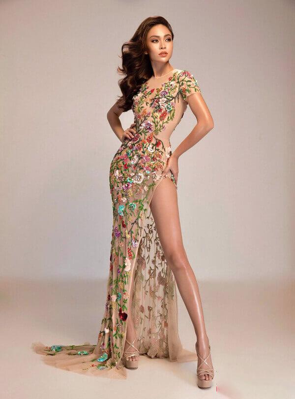 Tác phẩm do Lý Quí Khánh thực hiện với kỹ thuật thêu đính tỉ mỉ trên nền chất liệu xuyên thấu giúp Mâu Thủy tỏa sáng trong đêm bán kết Hoa hậu Hoàn vũ Việt Nam 2017.