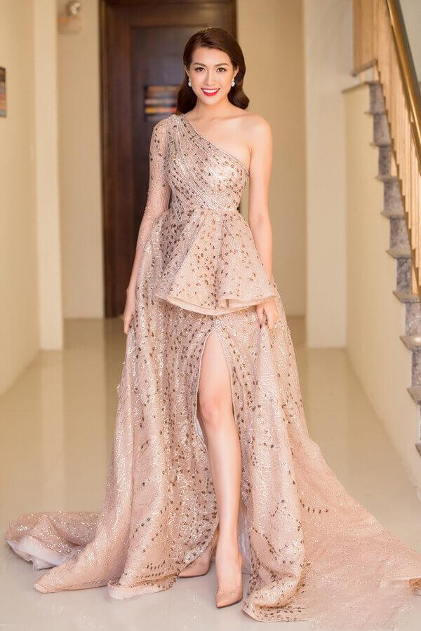 Lệ Hằng bổ sung vẻ thướt tha cho từng bước chân khi diện chiếc váy lệch vai đuôi dài bồng bềnh của NTK Anh Thư trong đêm bán kết Hoa hậu Hoàn vũ Việt Nam 2017