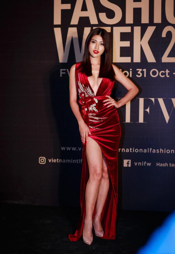 Người mẫu Quỳnh Châu nổi bật giữa dàn mỹ nhân tại Tuần lễ thời trang quốc tế Việt Nam với bộ đầm nhung đỏ cắt xẻ sexy, tôn lên vòng một đầy đặn và đôi chân dài.