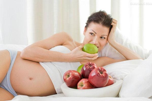 Mẹ bầu cần rửa sạch táo trước khi ăn