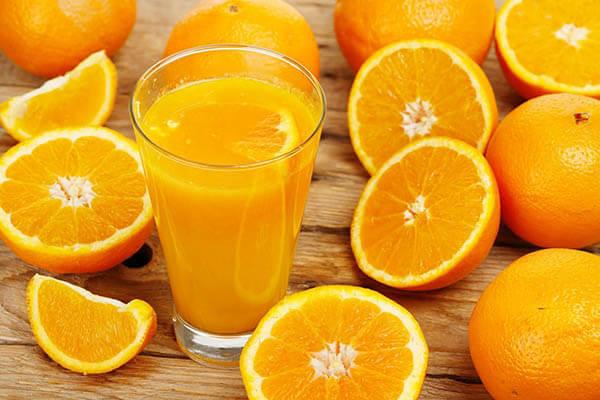 Bà bầu vốn đã đi tiểu đêm nhiều, uống nước cam sẽ càng phiền hơn