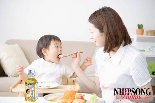 Chú ý đến chế độ dinh dưỡng của bé - Chăm sóc trẻ bị sốt phát ban