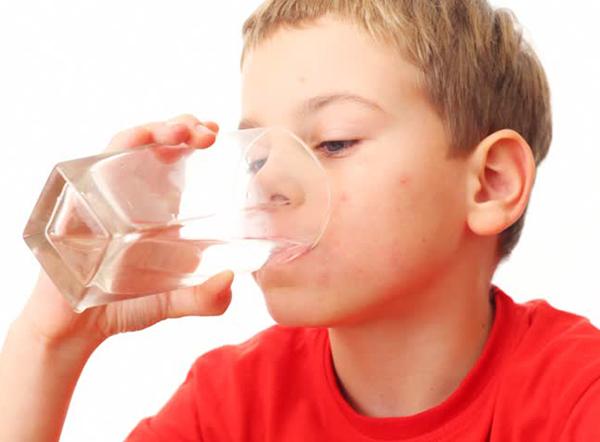 Uống nhiều nước giúp trẻ cao lớn hơn
