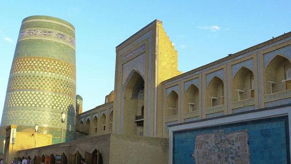 Muhammad Al-Muso Khorazmy (ngườiUabekistan) có công phát minh ra môn đại số