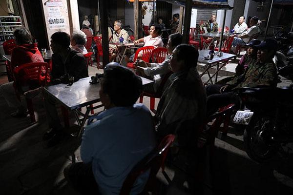 Bà con thị trấn Sông Đốc, huyện Trần Văn Thời (Cà Mau) thức từ sớm để nghe thông tin bão
