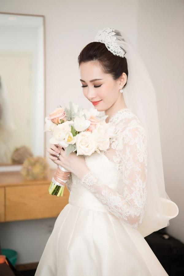 Chiếc váy cưới làm nổi bật vẻ đẹp manh manh thuần khiết của hoa hậu Thu Thảo