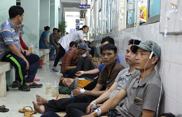 Do quá đông không đủ giường nhiều công nhân phải ngồi dọc hành lang