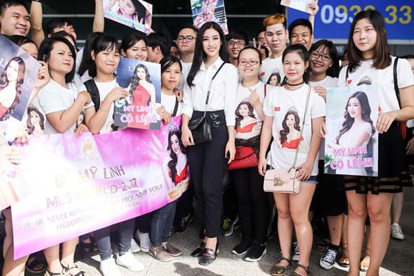Hoa hậu Mỹ Linh vui vẻ chụp ảnh ảnh cùng fan trước khi lên đường sang Trung Quốc