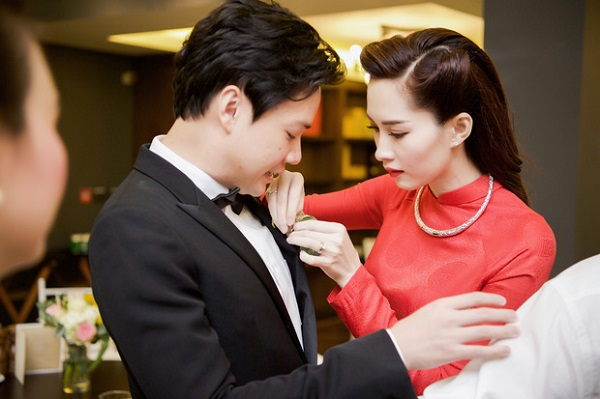 Cô dâu Thu Thảo ân cần chăm sóc chú rể Trung Tín