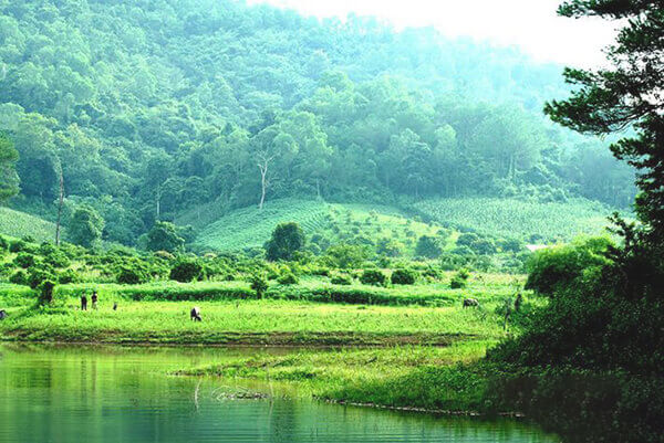 Những hồ nước trong xanh thuộc khu du lịch Khuôn Thần