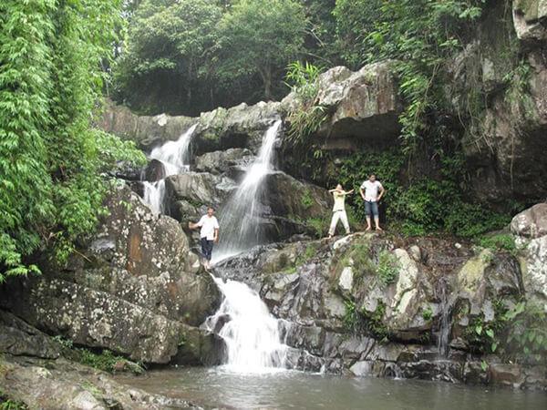 Suối Mỡ đổ ra nhiều thác nước lớn, nhỏ tung bọt trắng xoá.