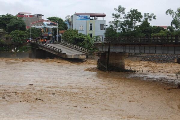 Cầu Thia trên sông Thia ở thị xã Nghĩa Lộ (Yên Bái) bị sập