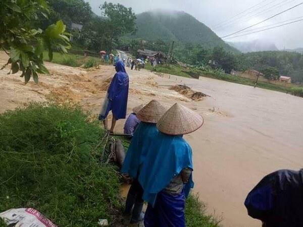 Đường vào khu Liên Minh, xã Thu Ngạc, Tân Sơn bị nước lũ chia cắt hai ngày nay