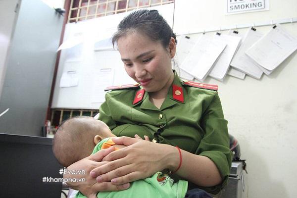Nữ cảnh sát cho cháu bé bị bỏ rơi bú tạo trụ sở công an phường