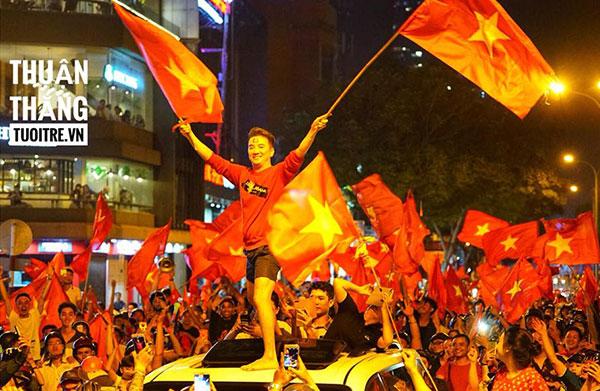 Đàm Vĩnh Hưng ăn mừng U23 Việt Nam chiến thắng