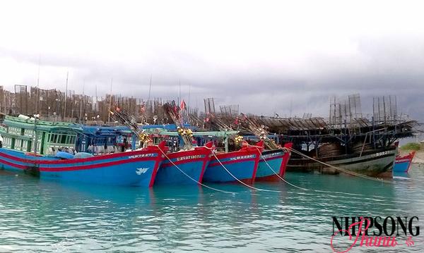 Cán bộ huyện đảo hướng dẫn ngư dân neo đậu thuyền bè