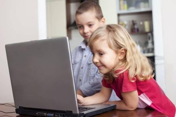 Trẻ tiếp xúc với internet không đúng cách có thể gây ra nhiều hậu quả khó lường