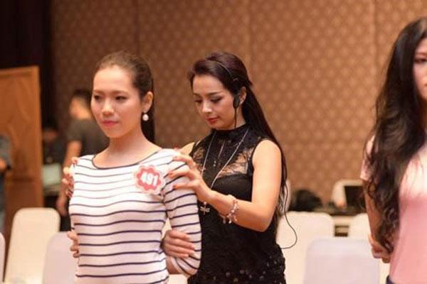 Ban giám khảo kiểm tra nhân trắc học thí sinh dự thi hoa hậu