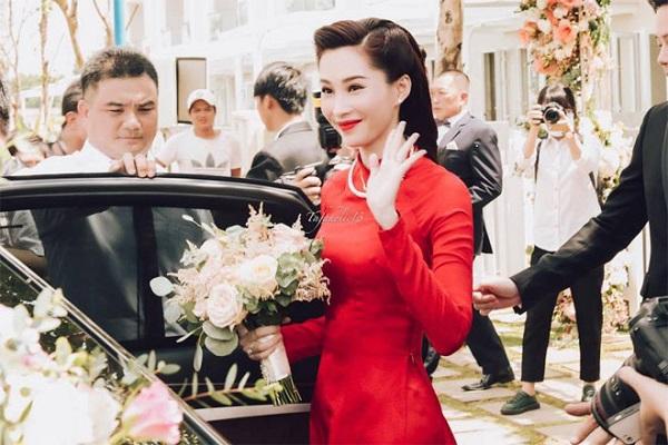 Thu Thảo vẫy tay trước chào khi lên xe rước dâu