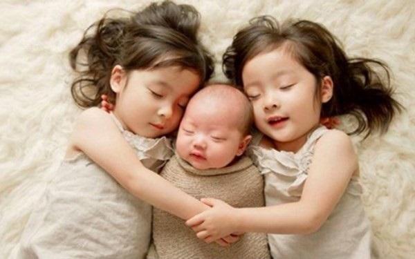 Hãy giới thiệu rõ ràng với trẻ lớn về em bé mới sinh