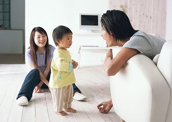 Bố mẹ cần trò chuyện với bé nhiều hơn