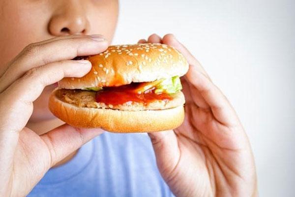 Ăn nhiều thức ăn nhanh có thể khiến trẻ bị béo phì